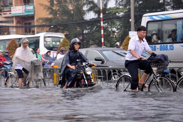Ảnh: Sóng nước dữ dội trên phố Sài Gòn sau mưa - 8