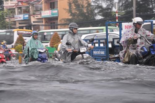 Ảnh: Sóng nước dữ dội trên phố Sài Gòn sau mưa - 3
