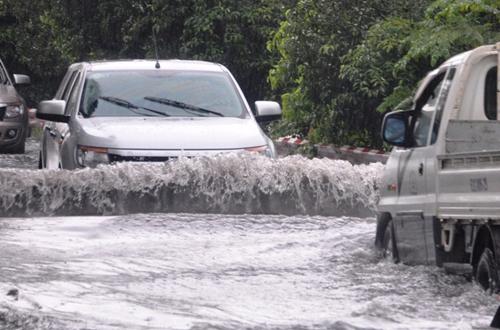 Ảnh: Sóng nước dữ dội trên phố Sài Gòn sau mưa - 1