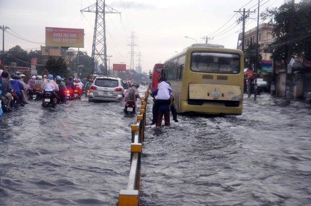 Ảnh: Sóng nước dữ dội trên phố Sài Gòn sau mưa - 9