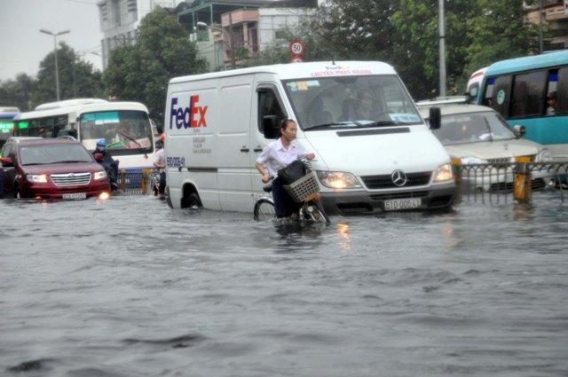 Ảnh: Sóng nước dữ dội trên phố Sài Gòn sau mưa - 10