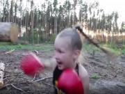 Thể thao - Cô bé 8 tuổi tung cú đấm trời giáng lên khúc gỗ