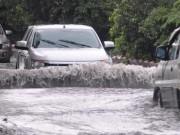 Tin tức trong ngày - Ảnh: Sóng nước dữ dội trên phố Sài Gòn sau mưa