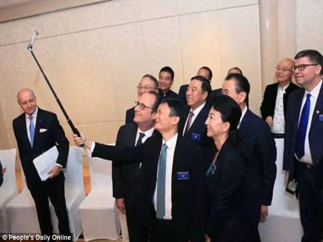 """Tỉ phú Jack Ma chụp ảnh """"tự sướng"""" cùng Tổng thống Pháp - 2"""