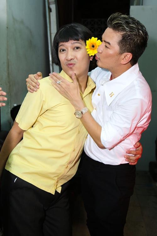 Nhã Phương ngại ngùng khi bị bắt gặp đến show Trường Giang - 6