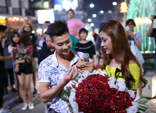Màn cầu hôn hoa khôi sinh viên náo loạn Hồ Gươm - 8
