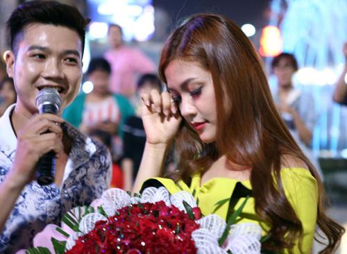 Màn cầu hôn hoa khôi sinh viên náo loạn Hồ Gươm - 9