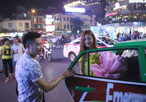 Màn cầu hôn hoa khôi sinh viên náo loạn Hồ Gươm - 13