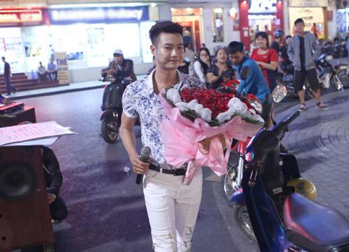 Màn cầu hôn hoa khôi sinh viên náo loạn Hồ Gươm - 3