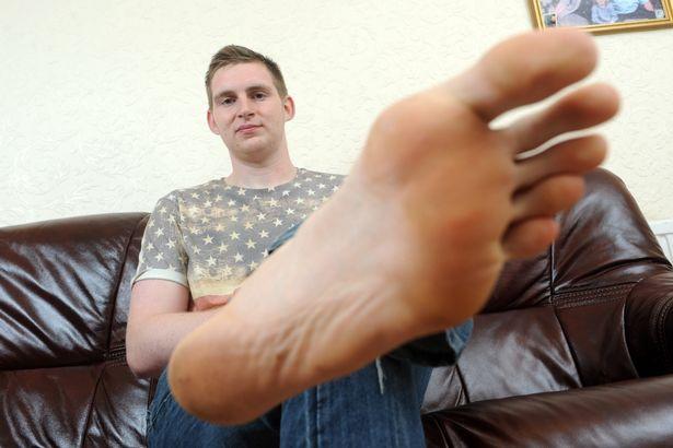 Chàng trai có đôi bàn chân lớn nhất Anh Quốc - 1