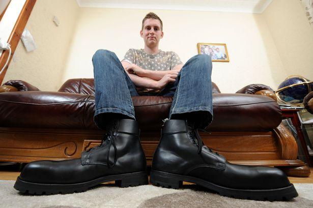 Chàng trai có đôi bàn chân lớn nhất Anh Quốc - 2