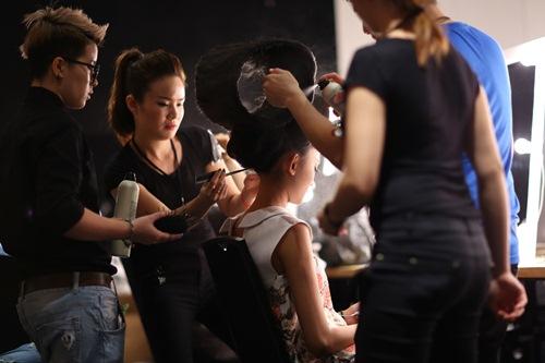Mẫu Việt đội 8kg tóc trên đầu, ăn vội trước khi diễn - 8