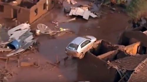 Ô tô mắc trên mái nhà sau lũ do vỡ đập ở Brazil - 1