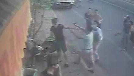 Vụ đánh chủ tiệm bánh mỳ: Xác định kẻ rút súng uy hiếp - 1