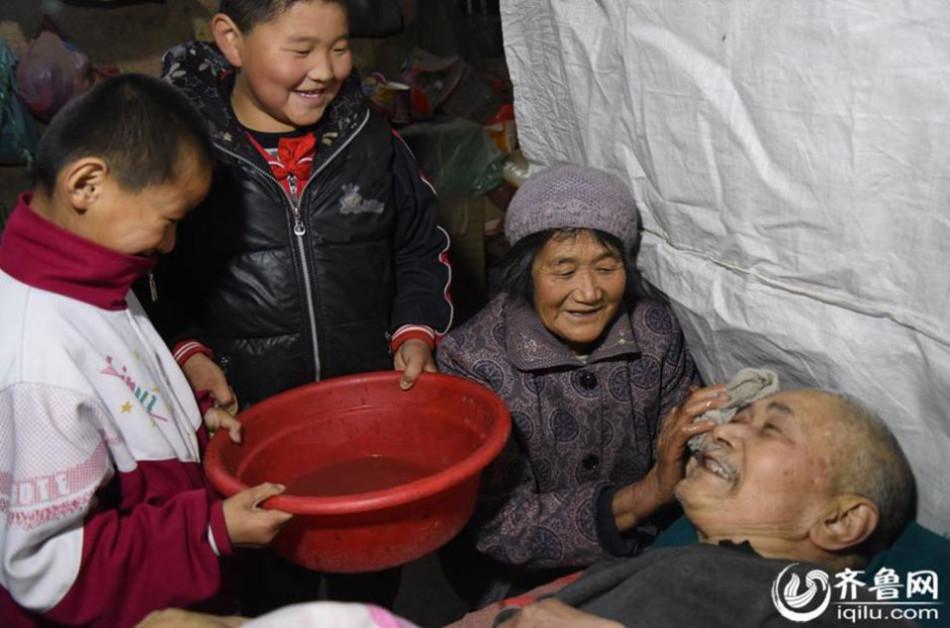 Bà cụ 66 tuổi chăm anh trai bệnh liệt giường từ năm 5 tuổi - 3