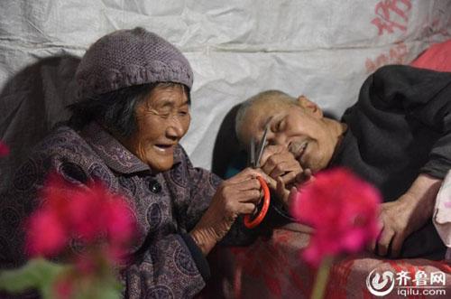 Bà cụ 66 tuổi chăm anh trai bệnh liệt giường từ năm 5 tuổi - 1