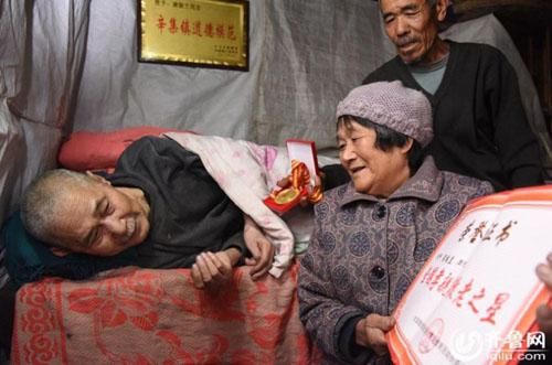 Bà cụ 66 tuổi chăm anh trai bệnh liệt giường từ năm 5 tuổi - 2