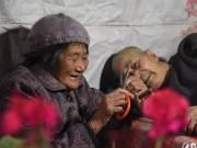 Bạn trẻ - Cuộc sống - Bà cụ 66 tuổi chăm anh trai bệnh liệt giường từ năm 5 tuổi