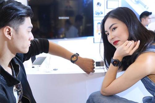 Sao Việt khoe đồng hồ Samsung Gear S2 - 2