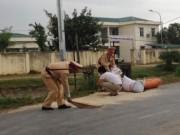Tin tức trong ngày - CSGT Thanh Hóa xúc gạo giúp dân chạy mưa