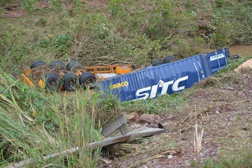 2 xe container tông nhau kinh hoàng, văng xuống vực sâu - 1