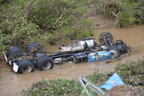 2 xe container tông nhau kinh hoàng, văng xuống vực sâu - 2