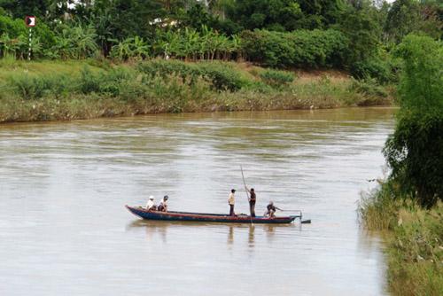 Sau cãi vã, đôi nam nữ nhảy xuống sông mất tích - 1