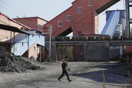 Ảnh: Cuộc sống bên trong thành phố mỏ ở Trung Quốc - 4