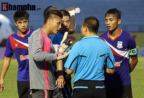 Trọng tài Việt Nam bị cầu thủ CLB của Myanmar tấn công - 1