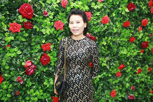 Mẹ Hồ Ngọc Hà đi sự kiện thay con gái - 1