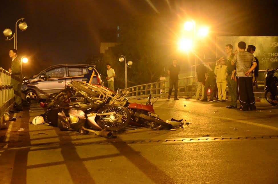 HN: Gây tai nạn liên hoàn, tài xế taxi lao từ cầu xuống đất - 1