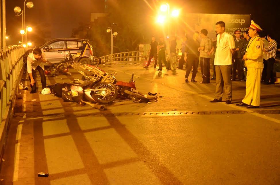 HN: Gây tai nạn liên hoàn, tài xế taxi lao từ cầu xuống đất - 2