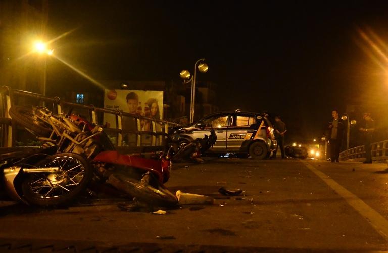HN: Gây tai nạn liên hoàn, tài xế taxi lao từ cầu xuống đất - 4