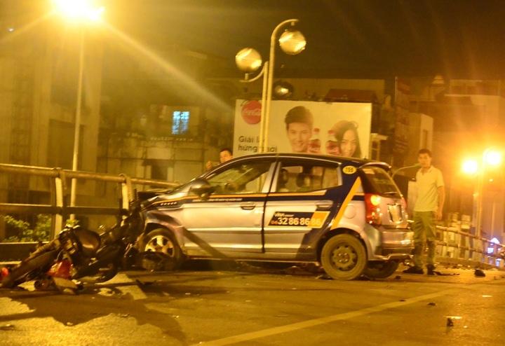 HN: Gây tai nạn liên hoàn, tài xế taxi lao từ cầu xuống đất - 5