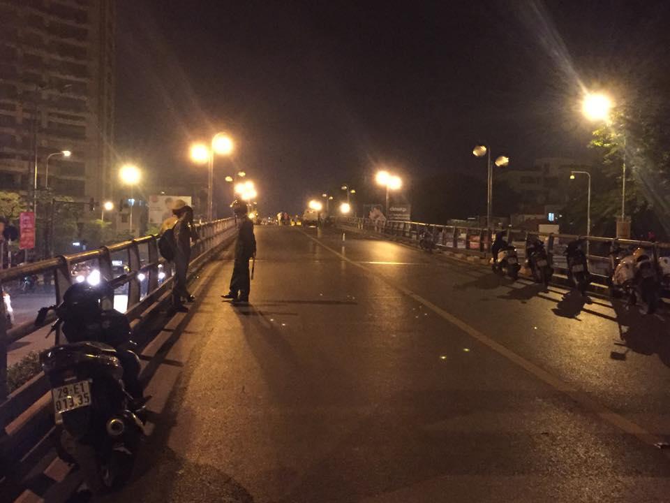 HN: Gây tai nạn liên hoàn, tài xế taxi lao từ cầu xuống đất - 7
