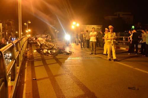 HN: Gây tai nạn liên hoàn, tài xế taxi lao từ cầu xuống đất - 3