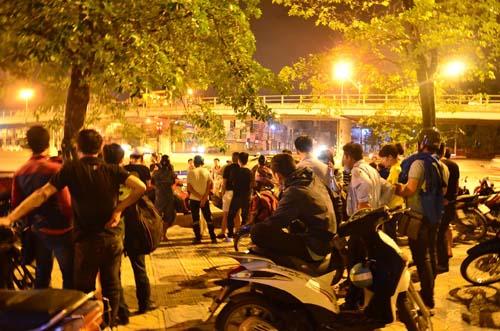 HN: Gây tai nạn liên hoàn, tài xế taxi lao từ cầu xuống đất - 6