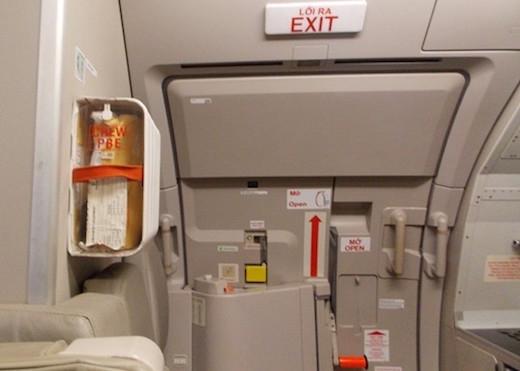 Táy máy mở cửa thoát hiểm, khách bị phạt 15 triệu đồng - 1