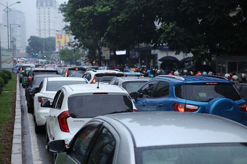 HN: Tắc đường kinh hoàng, dân vác xe qua dải phân cách - 2
