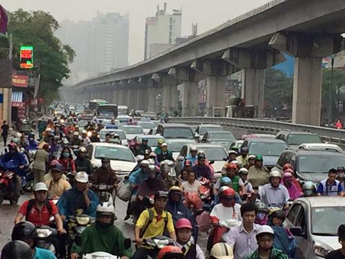 HN: Tắc đường kinh hoàng, dân vác xe qua dải phân cách - 11
