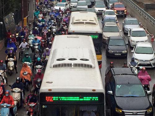 HN: Tắc đường kinh hoàng, dân vác xe qua dải phân cách - 12