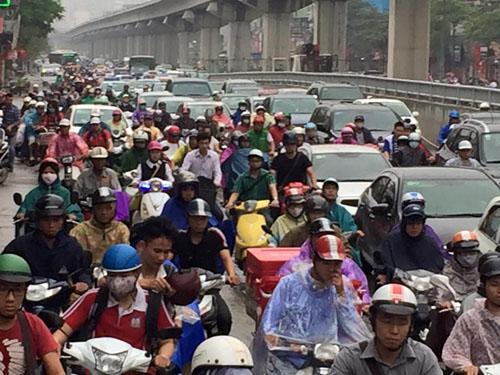 HN: Tắc đường kinh hoàng, dân vác xe qua dải phân cách - 14