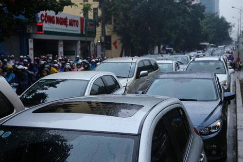HN: Tắc đường kinh hoàng, dân vác xe qua dải phân cách - 1