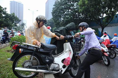 HN: Tắc đường kinh hoàng, dân vác xe qua dải phân cách - 3