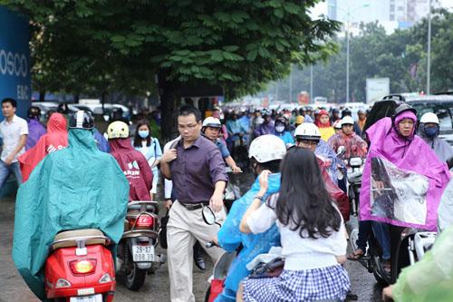 HN: Tắc đường kinh hoàng, dân vác xe qua dải phân cách - 5