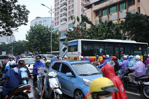 HN: Tắc đường kinh hoàng, dân vác xe qua dải phân cách - 6