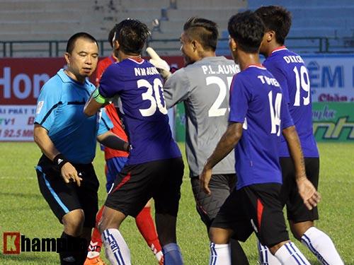 Clip: Trọng tài Việt Nam bị cầu thủ Myanmar hành hung - 1