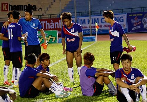 Clip: Trọng tài Việt Nam bị cầu thủ Myanmar hành hung - 2