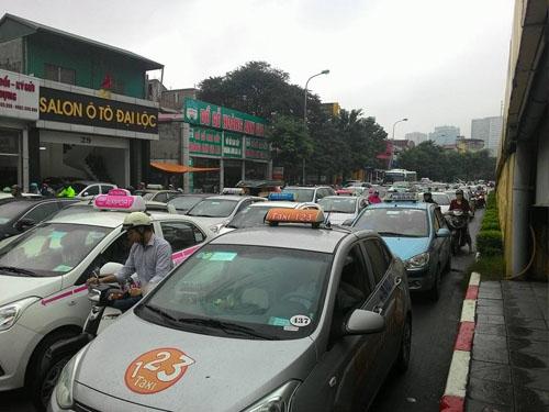 HN: Tắc đường kinh hoàng, dân vác xe qua dải phân cách - 7