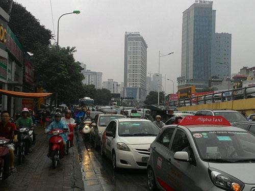 HN: Tắc đường kinh hoàng, dân vác xe qua dải phân cách - 8